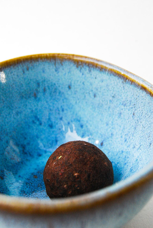 Produktbild wholyfood Energy Ball Kakao-Nuss (Brain Bites) in blauer Schale