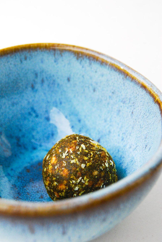Produktbild wholyfood Energy Ball Apfel-Zimt (Immune Bites) in blauer Schale