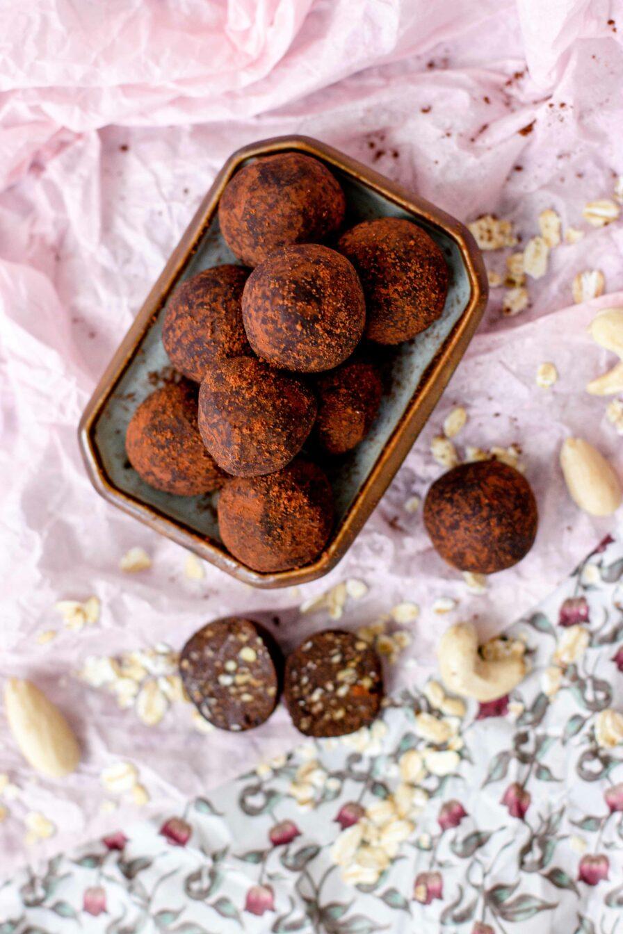 Energy Balls Kakao-Nuss in Schale mit Dekoration